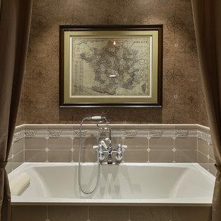 Пример оригинального дизайна интерьера: главная ванная комната в классическом стиле с ванной в нише, бежевой плиткой, коричневыми стенами и душем со шторкой