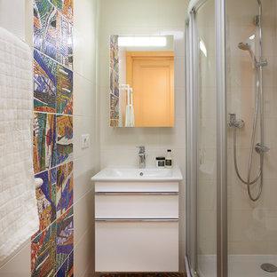Diseño de cuarto de baño pequeño con armarios con paneles lisos, puertas de armario blancas, ducha esquinera, baldosas y/o azulejos multicolor, baldosas y/o azulejos de cerámica, suelo de baldosas de cerámica y lavabo encastrado
