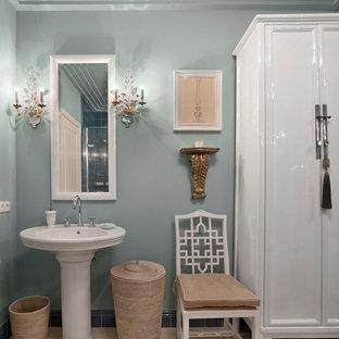 Пример оригинального дизайна интерьера: ванная комната в классическом стиле с серыми стенами и раковиной с пьедесталом