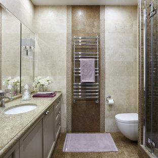 Immagine di una stanza da bagno con doccia design di medie dimensioni con ante con riquadro incassato, ante beige, doccia alcova, WC sospeso, piastrelle beige, piastrelle in travertino, pavimento in travertino, lavabo sottopiano, top in quarzo composito, pavimento beige e porta doccia a battente