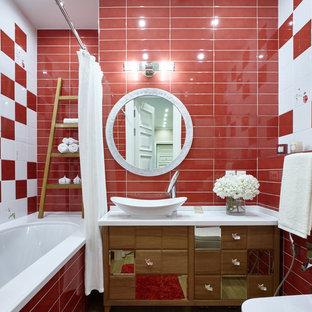 Новые идеи обустройства дома: главная ванная комната среднего размера в современном стиле с фасадами цвета дерева среднего тона, полновстраиваемой ванной, душем над ванной, инсталляцией, красной плиткой, белой плиткой, керамогранитной плиткой, полом из керамогранита, настольной раковиной, столешницей из искусственного камня, бежевым полом и шторкой для душа