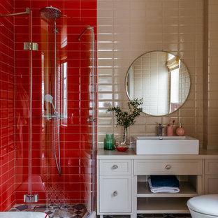 他の地域のコンテンポラリースタイルのおしゃれなバスルーム (浴槽なし) (落し込みパネル扉のキャビネット、白いキャビネット、コーナー設置型シャワー、壁掛け式トイレ、ベージュのタイル、赤いタイル、ベッセル式洗面器、マルチカラーの床、ベージュのカウンター) の写真