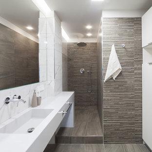 На фото: ванная комната в современном стиле с душем в нише, белой плиткой, коричневой плиткой, душевой кабиной, монолитной раковиной, коричневым полом и открытым душем с