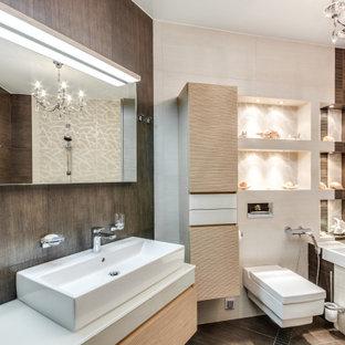 Пример оригинального дизайна: ванная комната в современном стиле с плоскими фасадами, светлыми деревянными фасадами, ванной в нише, коричневой плиткой, настольной раковиной и коричневым полом