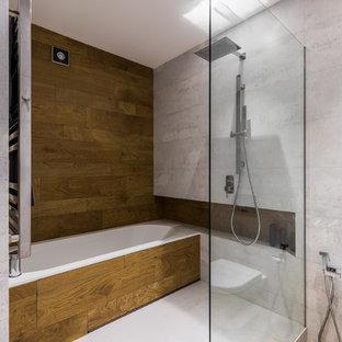 Удачное сочетание для дизайна помещения: главная ванная комната в современном стиле с душевой комнатой, коричневой плиткой и серой плиткой - самое интересное для вас