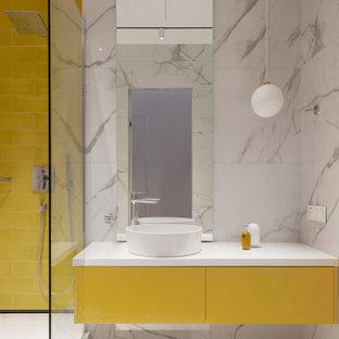 Foto di una stanza da bagno con doccia design con ante lisce, ante gialle, doccia alcova, piastrelle bianche, lavabo a bacinella, pavimento bianco e top bianco