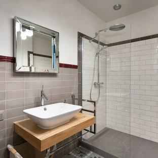 Новый формат декора квартиры: ванная комната среднего размера в стиле современная классика с душевой кабиной, душем в нише, белыми стенами, настольной раковиной, черной плиткой, серой плиткой, разноцветной плиткой, красной плиткой, белой плиткой, плиткой кабанчик и столешницей из дерева
