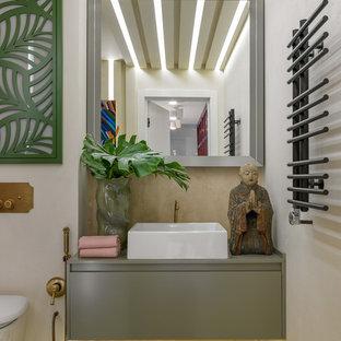 Неиссякаемый источник вдохновения для домашнего уюта: ванная комната в современном стиле с плоскими фасадами, бежевыми стенами, настольной раковиной и зеленым полом