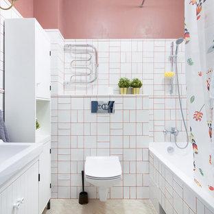 Esempio di una piccola stanza da bagno padronale design con ante bianche, WC sospeso, piastrelle bianche, piastrelle in ceramica, pareti rosse, pavimento in gres porcellanato, pavimento beige, doccia con tenda, ante lisce, vasca ad alcova, vasca/doccia e lavabo integrato