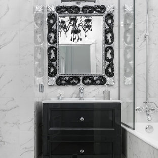 Пример оригинального дизайна: главная ванная комната в стиле современная классика с фасадами с утопленной филенкой, черными фасадами, душем над ванной, белой плиткой и монолитной раковиной