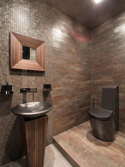 Salle de bain avec un carrelage marron et un wc poser for Carrelage marron salle de bain