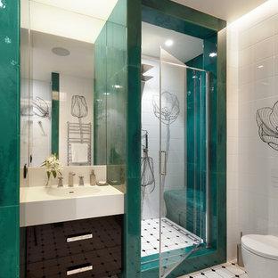 Foto de cuarto de baño contemporáneo, de tamaño medio, con armarios con paneles lisos, puertas de armario negras, sanitario de pared, baldosas y/o azulejos verdes, baldosas y/o azulejos blancos, baldosas y/o azulejos de cerámica, suelo de baldosas de cerámica, lavabo integrado, encimera de acrílico, ducha empotrada y ducha abierta