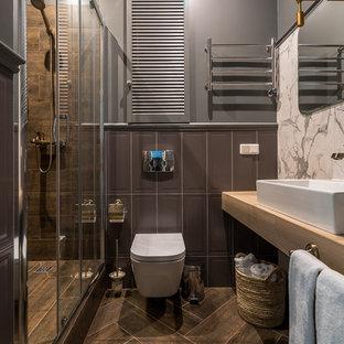 Новый формат декора квартиры: ванная комната в стиле современная классика с душем в нише, инсталляцией, коричневой плиткой, серыми стенами, душевой кабиной, настольной раковиной, коричневым полом, душем с раздвижными дверями и бежевой столешницей