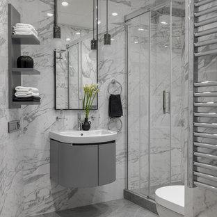 Immagine di una stanza da bagno con doccia design di medie dimensioni con ante lisce, ante grigie, doccia alcova, WC a due pezzi, piastrelle grigie, lavabo da incasso, pavimento grigio e porta doccia scorrevole
