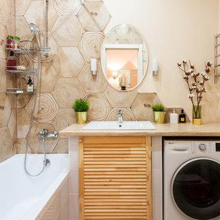 Свежая идея для дизайна: маленькая главная ванная комната в скандинавском стиле с фасадами с филенкой типа жалюзи, душем над ванной, керамической плиткой, бежевыми стенами, полом из керамической плитки, столешницей из ламината, шторкой для душа, бежевой столешницей, светлыми деревянными фасадами, накладной ванной, бежевой плиткой, накладной раковиной и бежевым полом - отличное фото интерьера