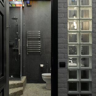 Ejemplo de cuarto de baño con ducha, industrial, con ducha esquinera y baldosas y/o azulejos negros