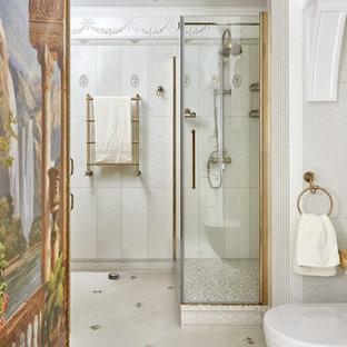 Новый формат декора квартиры: ванная комната в викторианском стиле с угловым душем, раздельным унитазом, белой плиткой и серой плиткой