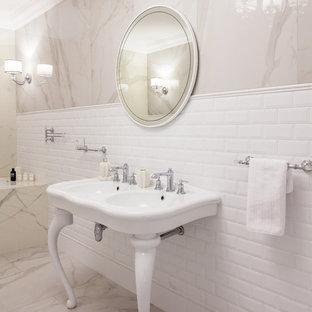 Пример оригинального дизайна интерьера: ванная комната в стиле современная классика с ванной в нише, бежевой плиткой, белой плиткой, консольной раковиной, бежевым полом и белой столешницей