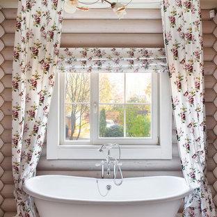 Новый формат декора квартиры: главная ванная комната среднего размера в стиле шебби-шик с ванной на ножках, душем над ванной, бежевыми стенами, коричневым полом и шторкой для душа