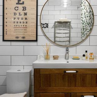 Пример оригинального дизайна: ванная комната в современном стиле с фасадами в стиле шейкер, фасадами цвета дерева среднего тона, белой плиткой, монолитной раковиной и шторкой для ванной