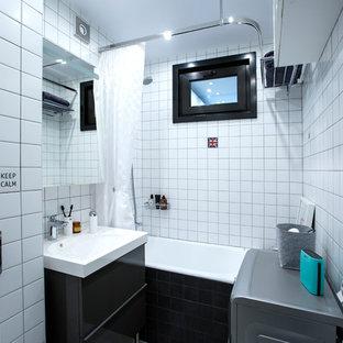 Удачное сочетание для дизайна помещения: маленькая главная ванная комната в современном стиле с плоскими фасадами, черными фасадами, ванной в нише, душем над ванной, белой плиткой, монолитной раковиной и шторкой для душа - самое интересное для вас