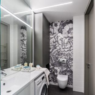 На фото: ванная комната в современном стиле с инсталляцией, душевой кабиной, монолитной раковиной, серым полом, плоскими фасадами, белыми фасадами и белой плиткой с