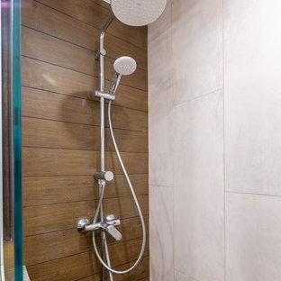 Immagine di una piccola stanza da bagno con doccia nordica con doccia a filo pavimento, piastrelle marroni, piastrelle in gres porcellanato, pavimento con piastrelle in ceramica, top in superficie solida e top beige