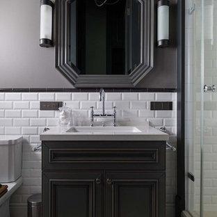 Стильный дизайн: ванная комната в стиле современная классика с черными фасадами, белой плиткой, плиткой кабанчик, серыми стенами, душевой кабиной, врезной раковиной и разноцветным полом - последний тренд
