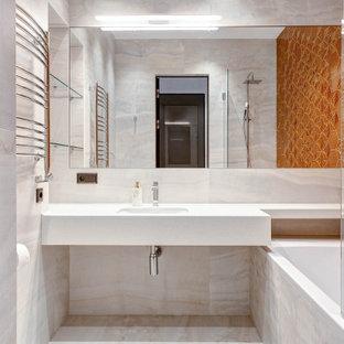 Идея дизайна: главная ванная комната в стиле современная классика с ванной в нише, душем над ванной, оранжевой плиткой, врезной раковиной, белой столешницей и бежевым полом