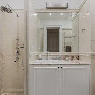 На фото: ванные комнаты в классическом стиле с белыми фасадами, душем в нише, душевой кабиной, накладной раковиной и бежевой столешницей