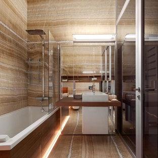 Свежая идея для дизайна: большая главная ванная комната в современном стиле с душем над ванной, настольной раковиной и бежевым полом - отличное фото интерьера