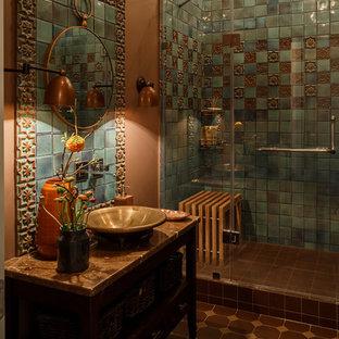 На фото: ванная комната в стиле фьюжн с коричневыми стенами, душевой кабиной, настольной раковиной и коричневым полом