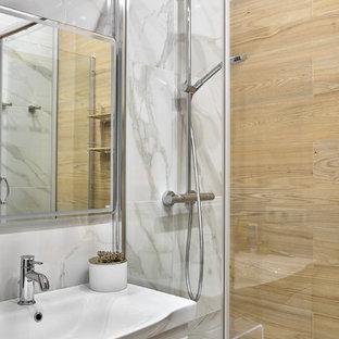 Пример оригинального дизайна интерьера: ванная комната в современном стиле с плоскими фасадами, белыми фасадами, бежевой плиткой, белой плиткой, серой плиткой, душевой кабиной и монолитной раковиной