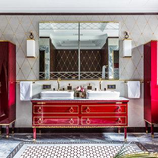 Стильный дизайн: ванная комната в стиле фьюжн с красными фасадами, серой плиткой, настольной раковиной, серым полом и серой столешницей - последний тренд