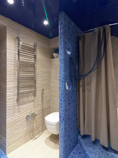 Salle de bain avec un carrelage bleu et une plaque de - Plaque de carrelage salle de bain ...