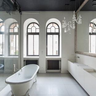 Неиссякаемый источник вдохновения для домашнего уюта: ванная комната в современном стиле с плоскими фасадами, белыми фасадами, ванной на ножках, плиткой мозаикой, белыми стенами, раковиной с несколькими смесителями, белым полом и белой столешницей
