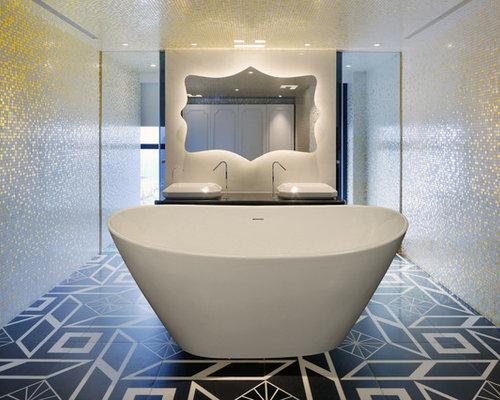 Mittelgroßes Shabby Style Badezimmer En Suite Mit Freistehender Badewanne,  Gelben Fliesen, Keramikfliesen,