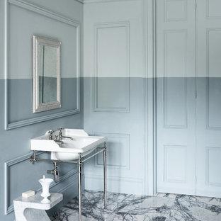 Новые идеи обустройства дома: ванная комната в стиле современная классика с серыми стенами, мраморным полом и консольной раковиной