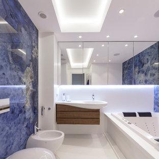 Idee per una stanza da bagno padronale contemporanea di medie dimensioni con vasca idromassaggio, piastrelle blu, pareti bianche, pavimento in gres porcellanato, pavimento bianco, ante lisce, ante in legno scuro, bidè e lavabo a consolle