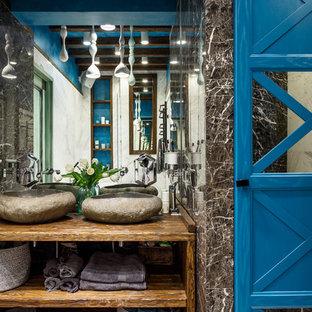 На фото: главная ванная комната в современном стиле с открытыми фасадами, коричневой плиткой и настольной раковиной с