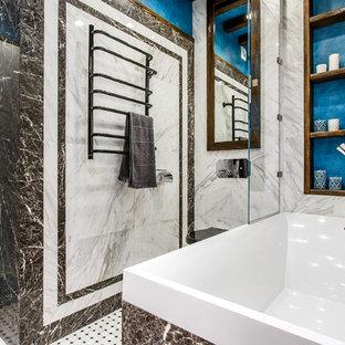 На фото: главная ванная комната в современном стиле с