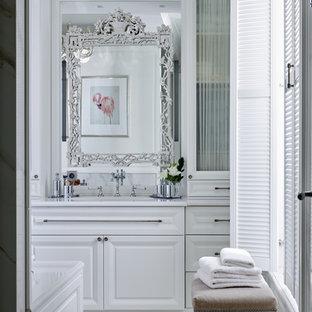Создайте стильный интерьер: главная ванная комната в классическом стиле с фасадами с выступающей филенкой, белыми фасадами, белыми стенами и врезной раковиной - последний тренд