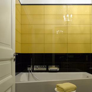 Esempio di una stanza da bagno design con vasca ad angolo, piastrelle gialle e piastrelle nere