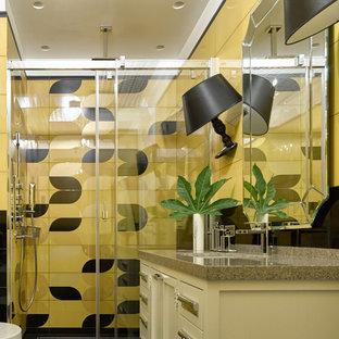 Ejemplo de cuarto de baño con ducha, clásico renovado, con puertas de armario blancas, ducha empotrada, baldosas y/o azulejos amarillos, lavabo bajoencimera, suelo negro y ducha con puerta corredera