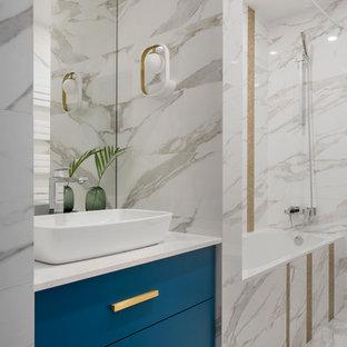 Идея дизайна: главная ванная комната среднего размера в современном стиле с плоскими фасадами, белой плиткой, керамической плиткой, полом из керамогранита, столешницей из искусственного кварца, белым полом, белой столешницей, синими фасадами и настольной раковиной