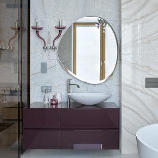 Foto di un'ampia stanza da bagno padronale design con ante lisce, ante viola, vasca freestanding, lavabo a bacinella e pavimento bianco