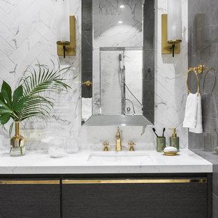Стильный дизайн: ванная комната в современном стиле с плоскими фасадами, темными деревянными фасадами, белой плиткой, врезной раковиной, белой столешницей и белыми стенами - последний тренд