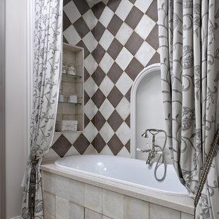 Пример оригинального дизайна: главная ванная комната в стиле современная классика с ванной в нише, бежевым полом и нишей