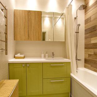 Неиссякаемый источник вдохновения для домашнего уюта: главная ванная комната среднего размера в стиле современная классика с зелеными фасадами, столешницей из искусственного камня, ванной в нише, душем над ванной, шторкой для душа, фасадами с утопленной филенкой, белыми стенами и разноцветным полом