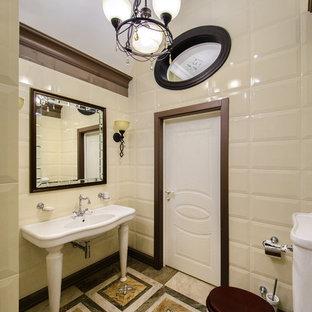 Inspiration pour une salle d'eau traditionnelle de taille moyenne avec un carrelage beige, un plan vasque, une douche ouverte, un urinoir, des carreaux de céramique, un mur beige, un sol en carrelage de porcelaine, aucune cabine, des toilettes cachées, meuble simple vasque et un plafond voûté.